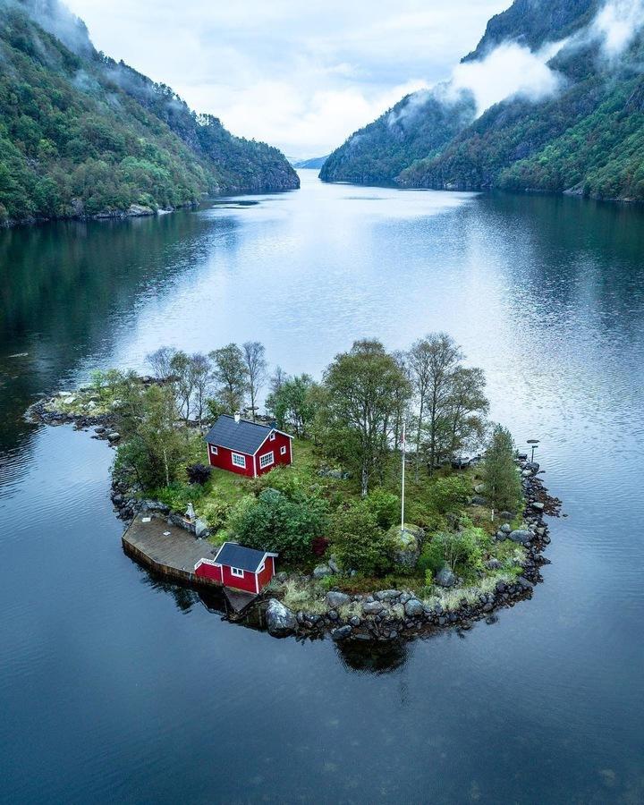 Самотен остров с къща сред езеро