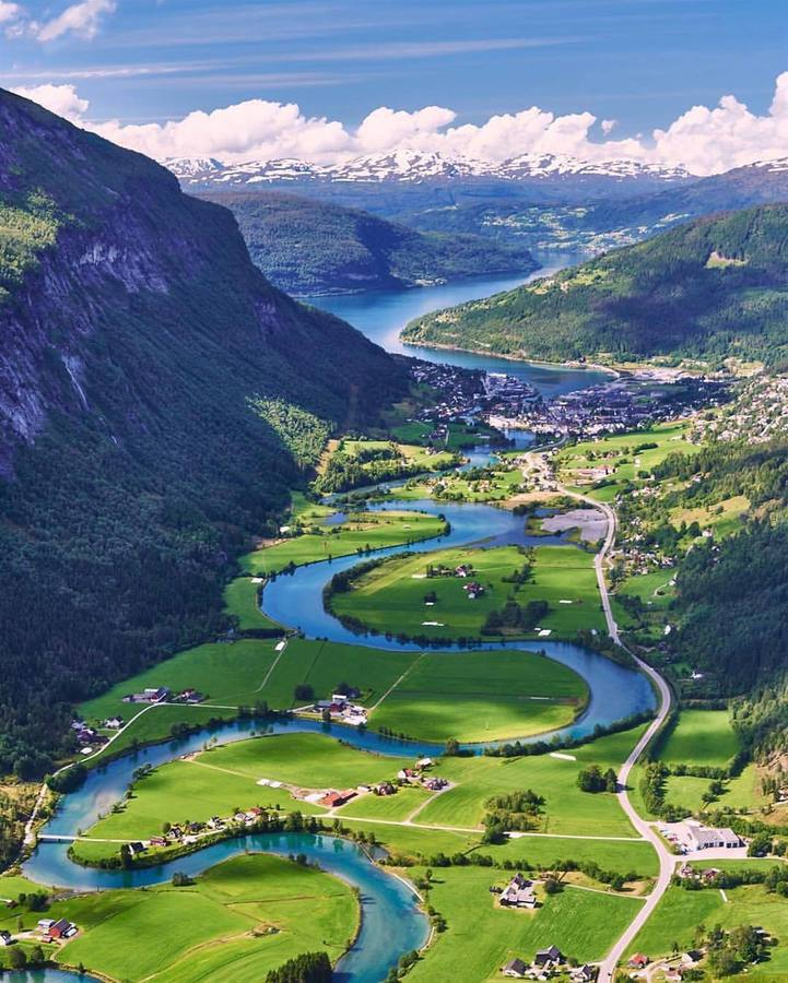 Река в долината