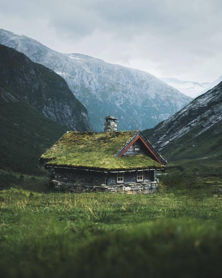 Къща сред скалите