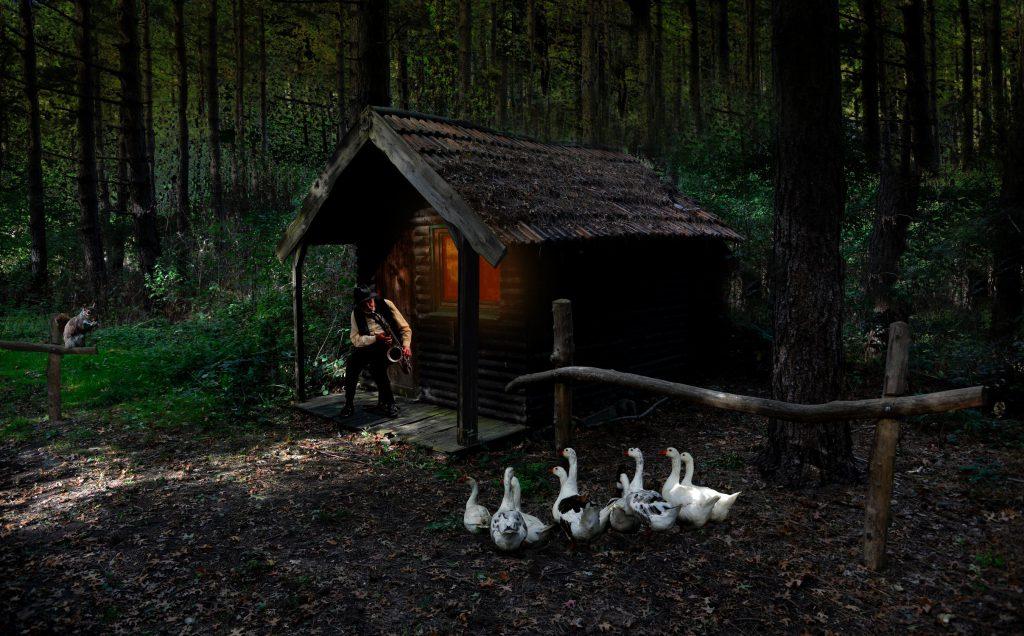 Къща в гората вечер