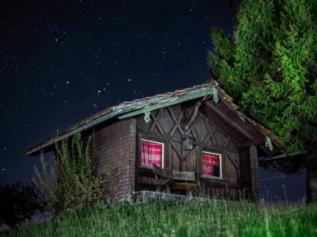 Малка къща в нощта