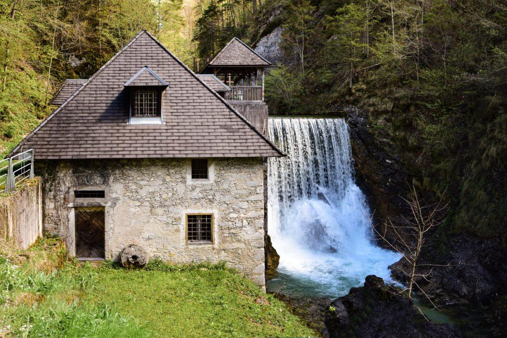 Каменна къща в гората
