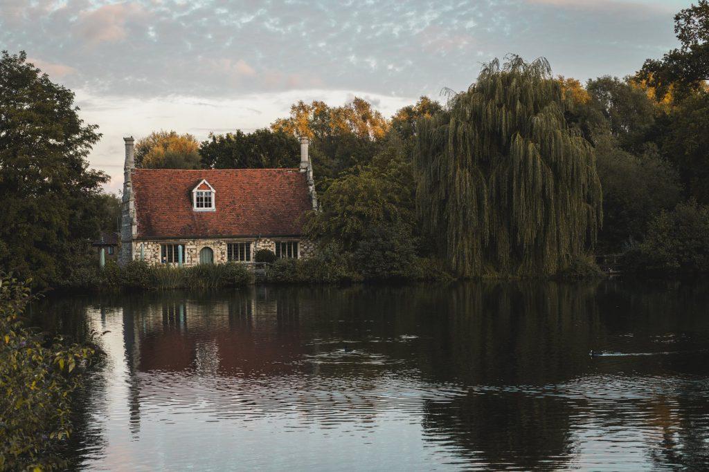 Къща в гората на брега на езеро