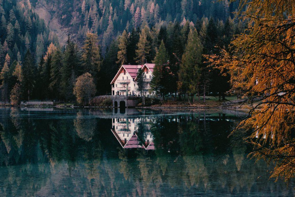 Къща на брега на езерото