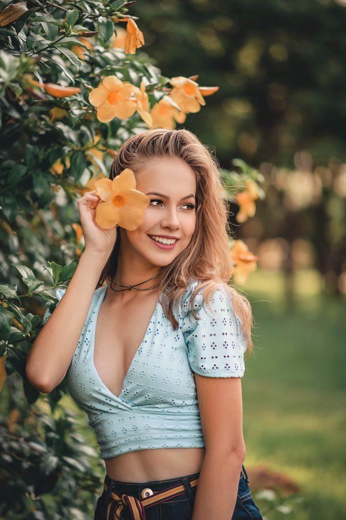 Жена с цвете
