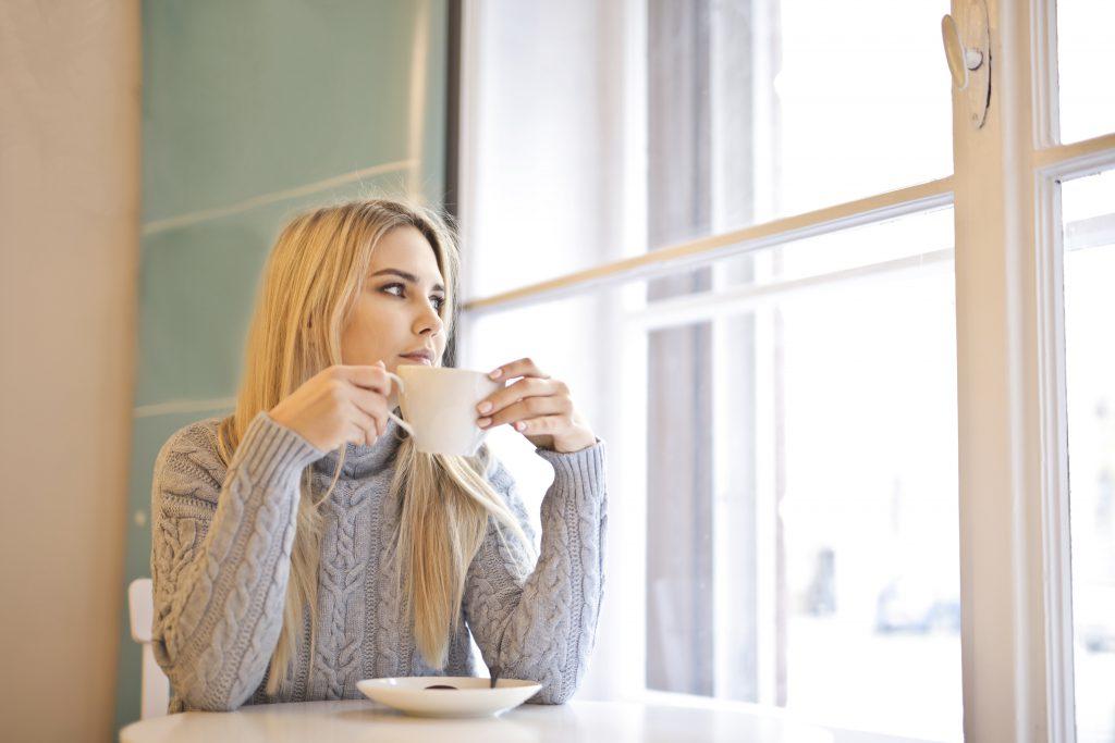 Жена пие кафе