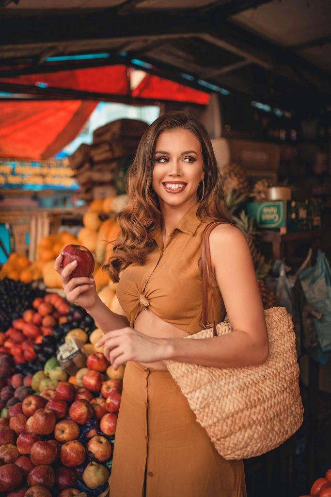Усмихната жена с чанта