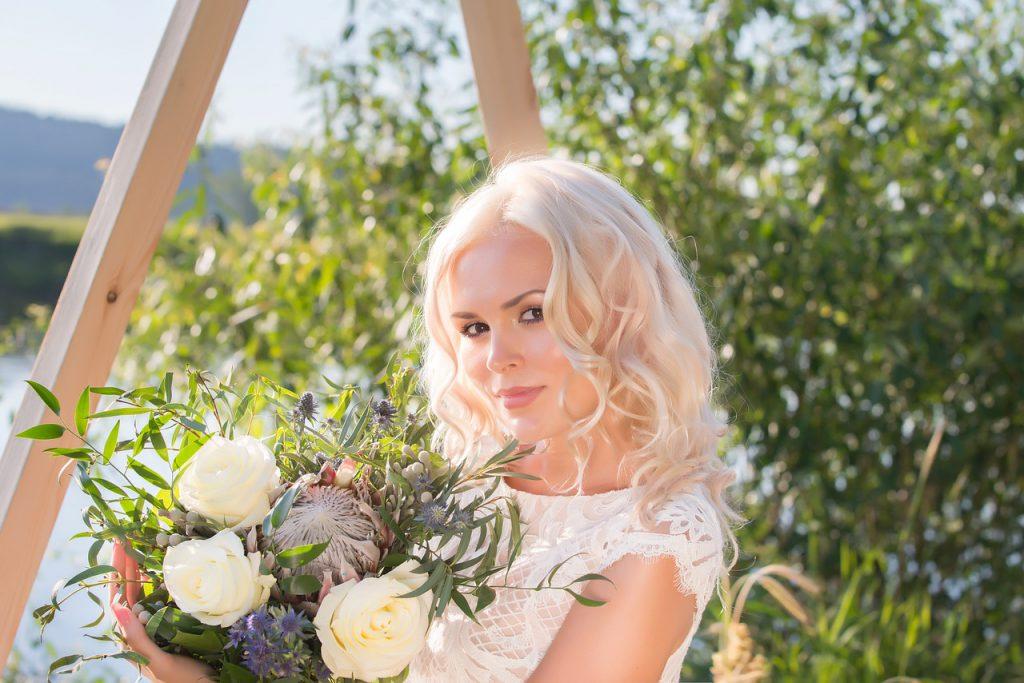 Руса жена с букет цветя