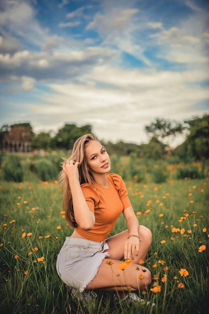 Жена сред цветя