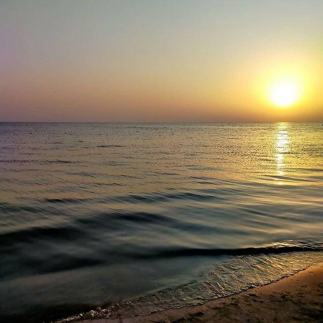 Залез и море