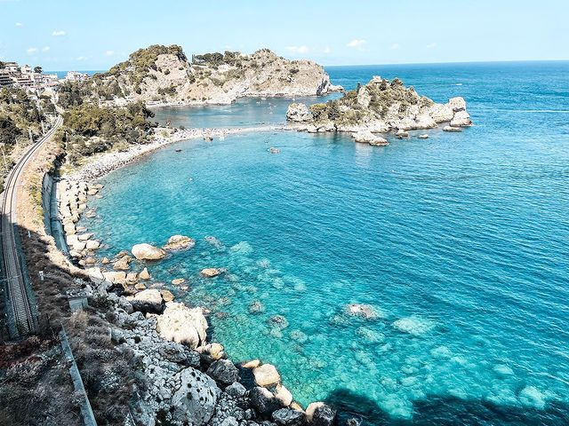 Скалист бряг и море