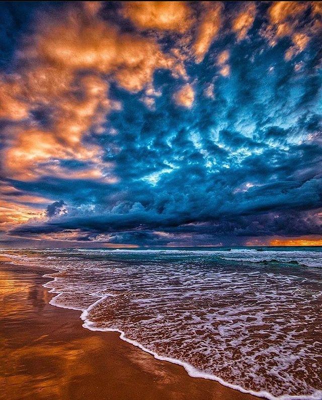Бурни облаци на плажа