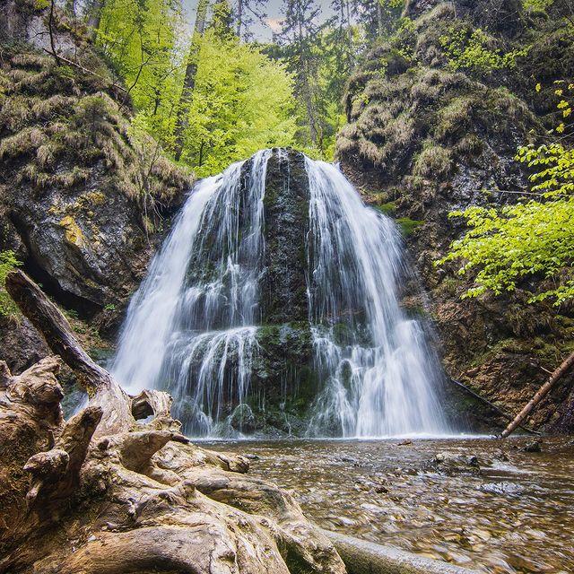 Водопад и езеро