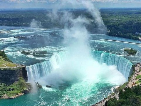 Огромен водопад