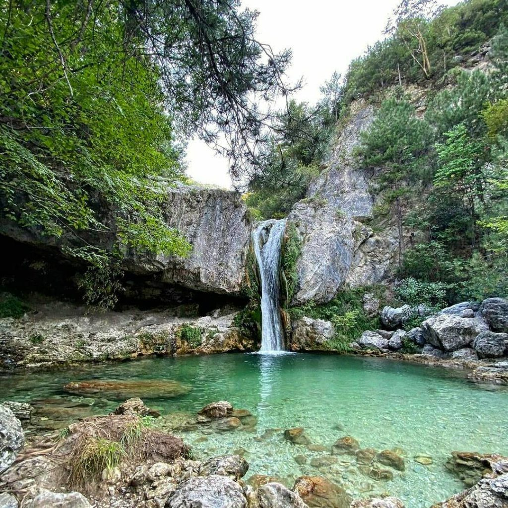 Малък красив водопад