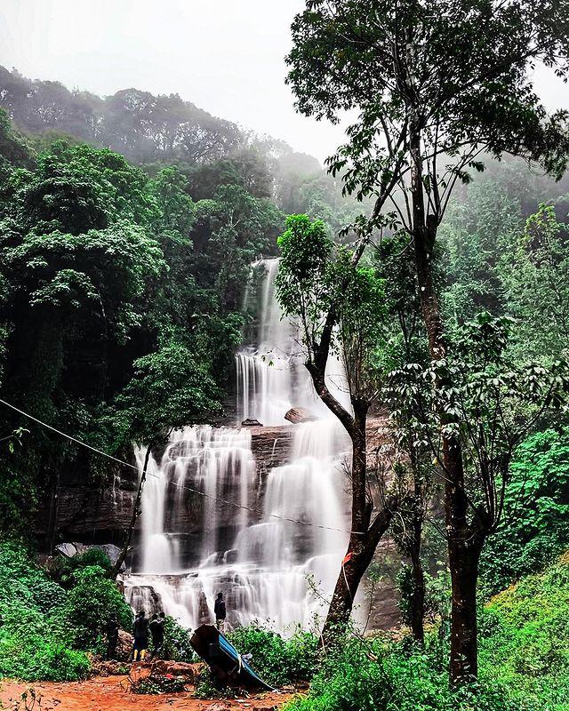 Красив водопад сред природата