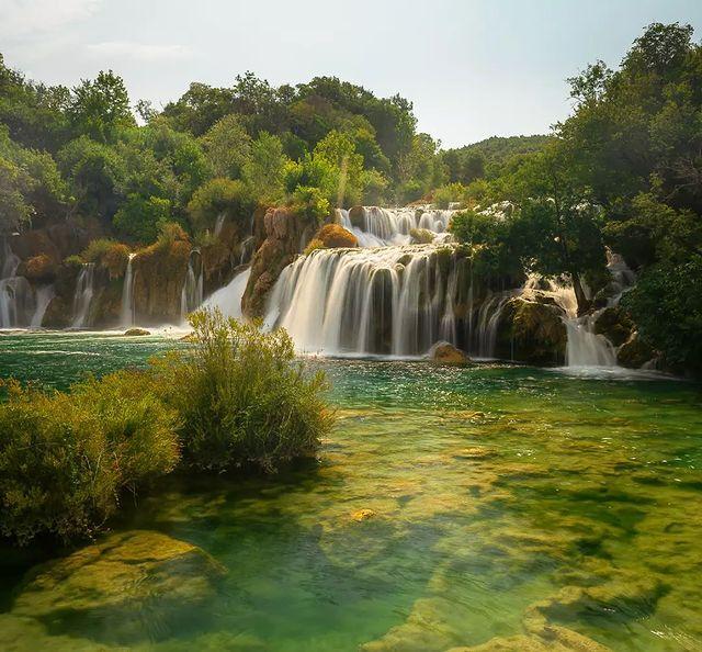 Много красив водопад