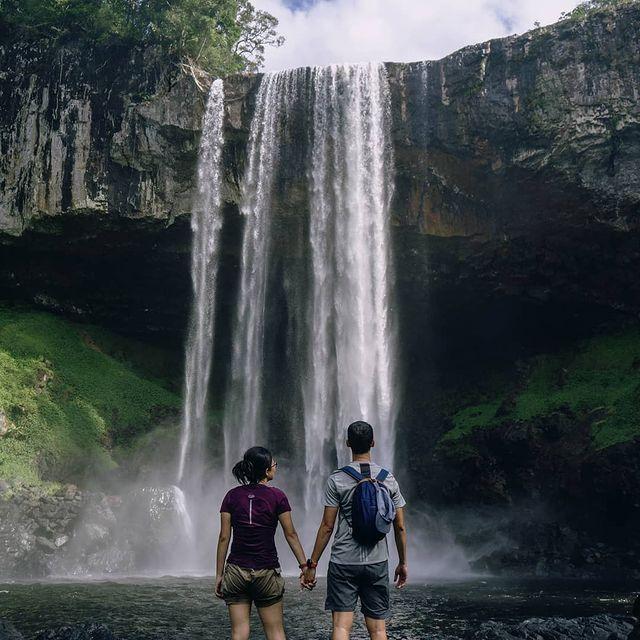 Влюбена двойка пред водопад