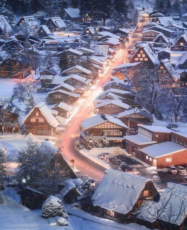 Коледни къщи в сняг