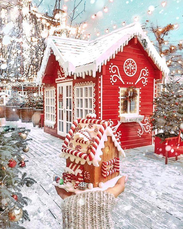 Коледна червена къща