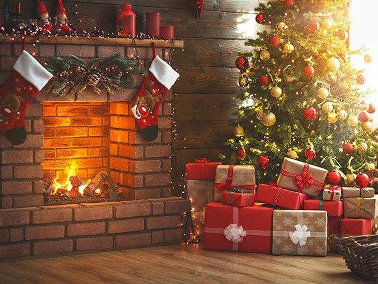 Коледна елха с подаръци