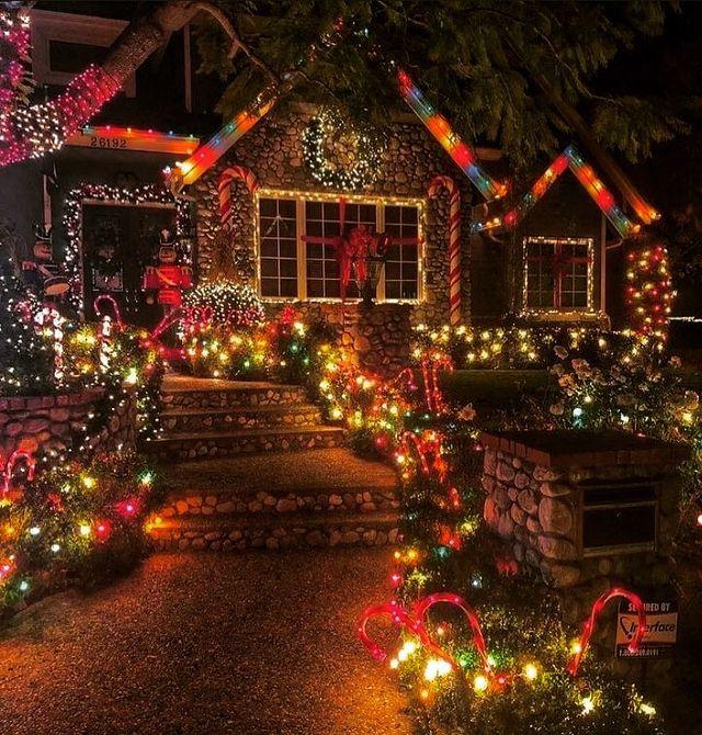 Коледни светлини на къща