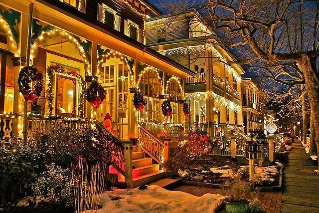 Красива къща в коледни светлини